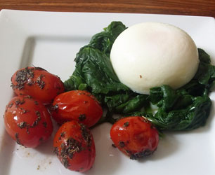 poached eggs with spinach and tomatoes